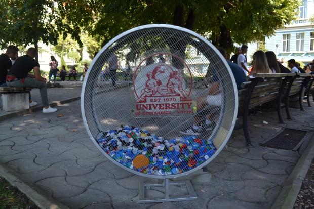 В двора на ИУ-Варна поставиха метално съоръжение за събиране на пластмасови капачки