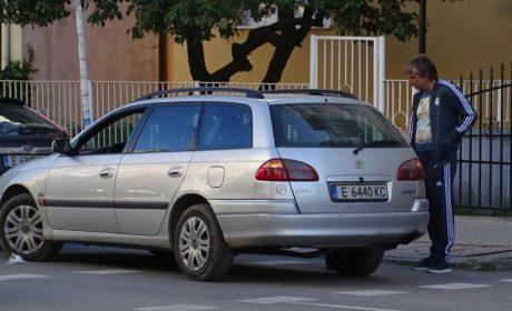 Мъж позна открадната си кола, паркирана на метри от полицията (снимки)
