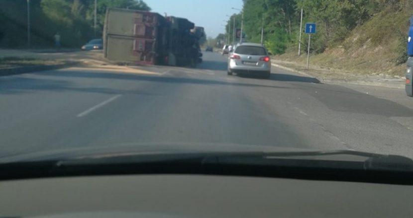 Камион се обърна преди кръговото за Метро