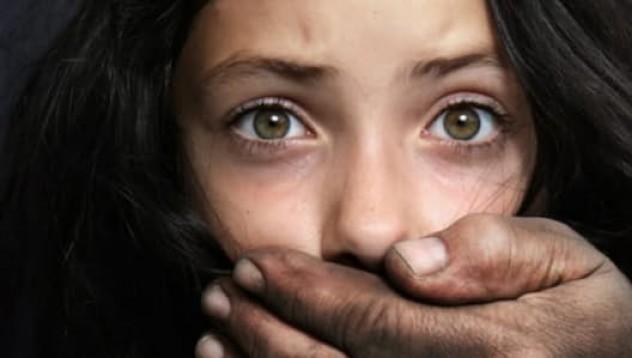Малко момиченце успя да се измъкне от мъж, който го отвлече под носа на родителите му
