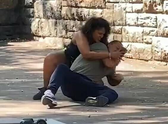 Жена нападна гаджето си, за да отключи телефона му с лицево разпознаване (видео и снимки)