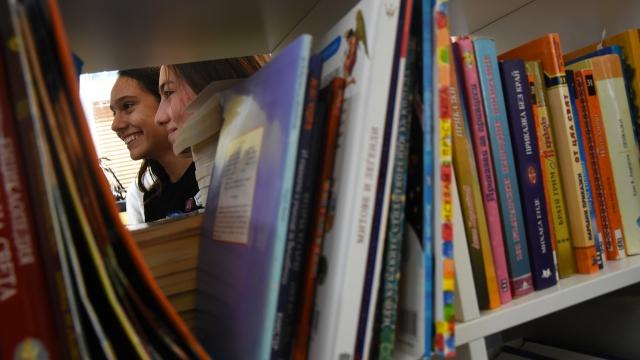 Руското училище обнови библиотеката си с родителска помощ