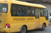 Млада жена нападнала и удряла деца в училищен автобус