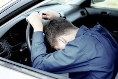 Пиян младеж открадна автомобил и се блъсна в бордюр
