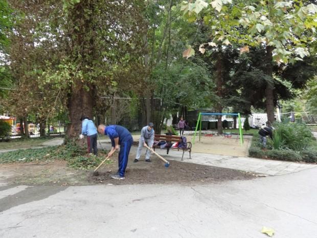 Доброволци чистиха варненския зоопарк, садиха и дървета