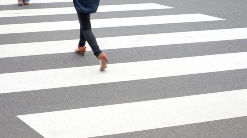 Шофьорка мина през крака на пешеходка