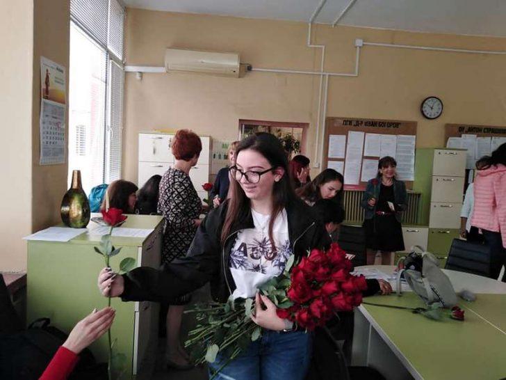 Ученици от варненска гимназия зарадваха с цветя и картички преподавателите си (снимки)