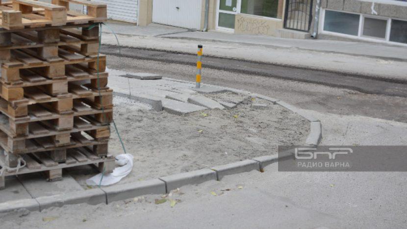 Камион за боклук начупи току-що поставени плочки по ремонтираща се улица