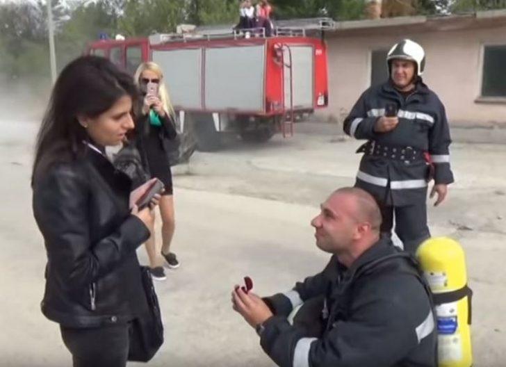 Пожарникар предложи на любимата си, след като изгаси пожар (видео)
