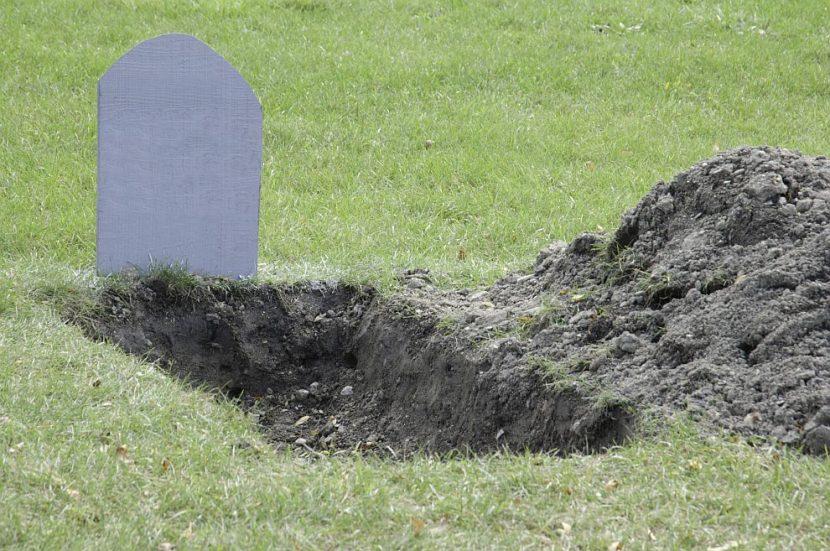 Студенти преборват стреса с лежане в гроб (СНИМКИ/ВИДЕО)
