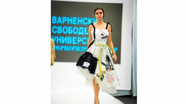 """Варненска студентка създаде рокля която """"говори"""" за изкуство и дизайн"""