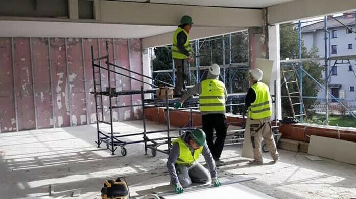 """Училище """"Васил Левски"""" е укрепено, работи се и през уикенда (снимки)"""