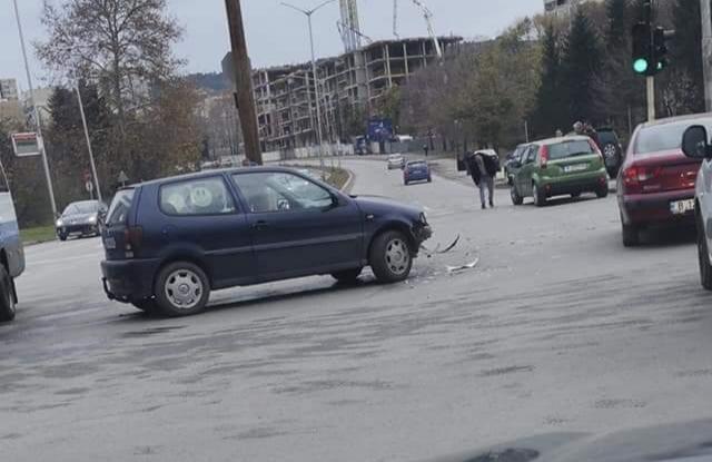 Катастрофа затрудни движението на кръстовище до варненски мол