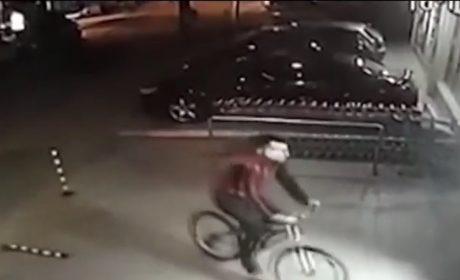 Мъж задига колела от подземен паркинг във Варна (ВИДЕО)
