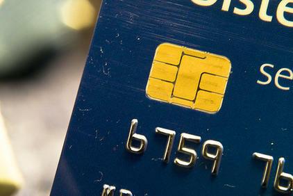 Служителка от фирма за бързи кредити източи картата на клиентка