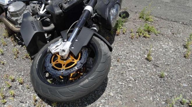 Моторист без книжка падна и се потроши