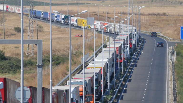 4-километрова опашка от тирове на границата с Турция