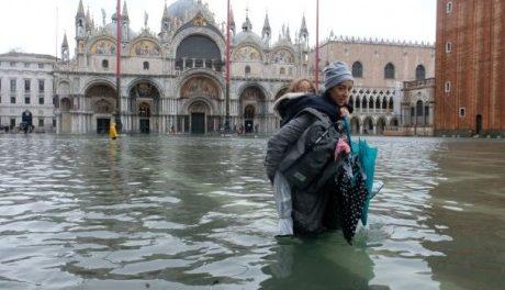 Венеция е наводнена (снимки)