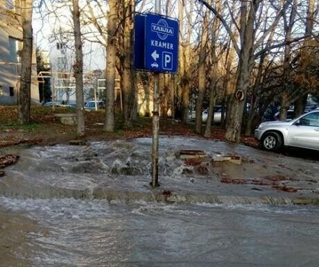 Варненска улица е наводнена, цял квартал остава на сухо