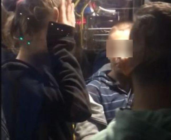 Деца с арогантно поведение във варненски автобус, пътниците мълчат!