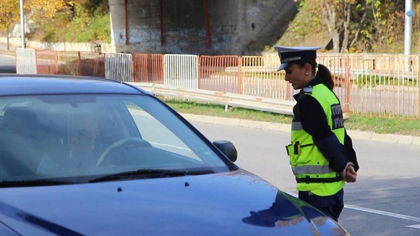 Защо една жена избра да стане пътен полицай? (снимки/видео)