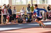 Деца и родители се състезават заедно в спортен празник