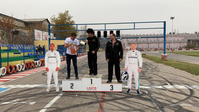 Дара Екимова на една сцена с пилотите на Формула 1 Луис Хамилтън и Валтери Ботас (снимки