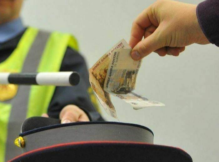 Полицай се опита да изяде взетия подкуп