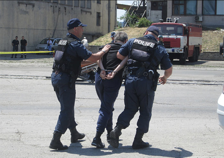 За часове бяха разкрити и задържани извършителите на два въоръжени грабежа от магазини за хранителни стоки във Варна