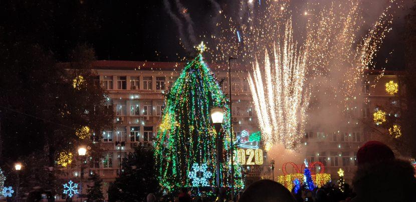 Коледната елха озари центъра на Варна (видео)