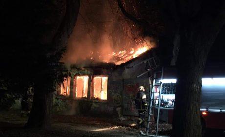 Изгоря къщата на създателя на Морската градина (снимки)
