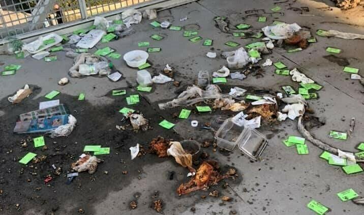"""Превърнаха новата пасарелка на бул. """"Васил Левски"""" в кочина (снимки)"""