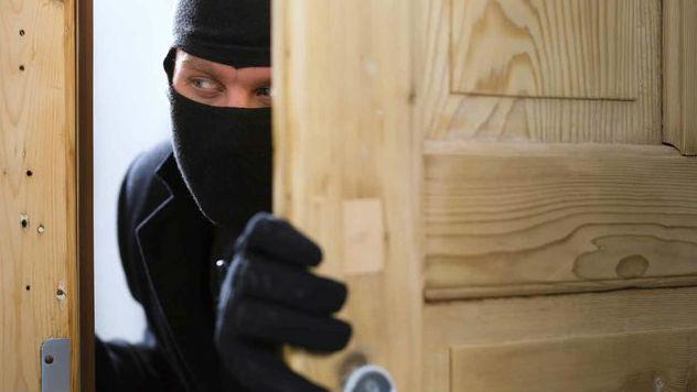 Криминално проявен обра къща в Бозвелийско, хванаха го