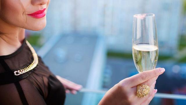 Експерти: Жените да не пият шампанско с начервени устни
