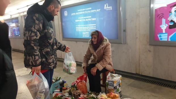 Младежи от Варна раздадоха храна на възрастни хора