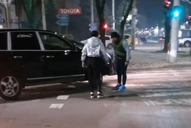Жена бие шамари на мъж след засичане на кръстовище (видео)