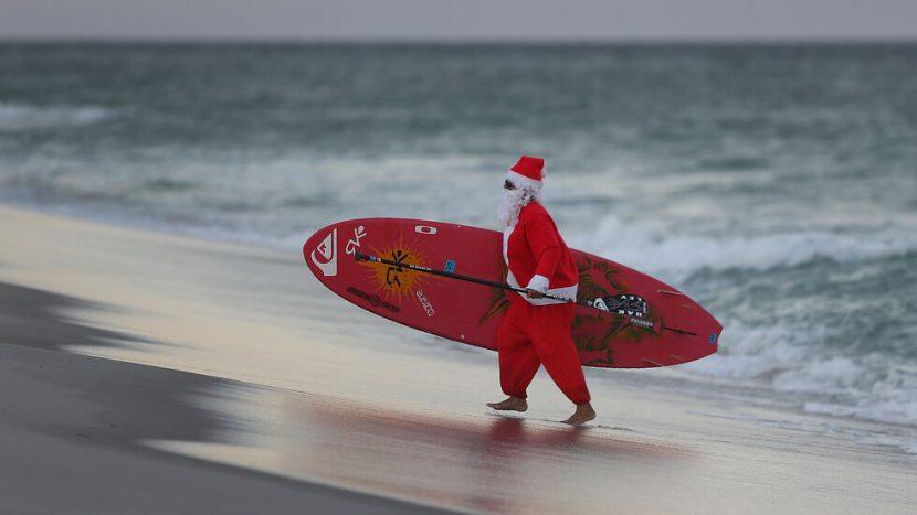 Дядо Коледа смени шейната със… сърф (ВИДЕО)