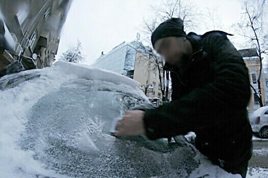Крадци отмъкват коли, докато собствениците им ги чистят от снега (ВИДЕО)