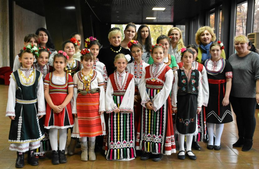 Варненски ученици изненадаха с ръчно изработен коледен подарък народната певица Николина Чакърдъкова