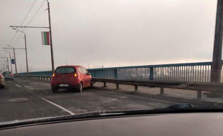 Лек автомобил се заби в мантинелата на Аспарухов мост