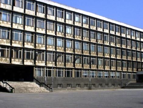 Гимназия във Варна търси учител и чистачи