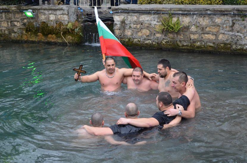 Варненец спаси Разпятието от водите на рeка Девненска (снимки)