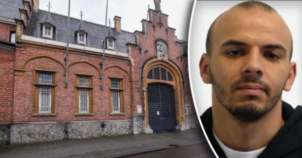 Избягал затворник изпрати картичка на надзирателите си