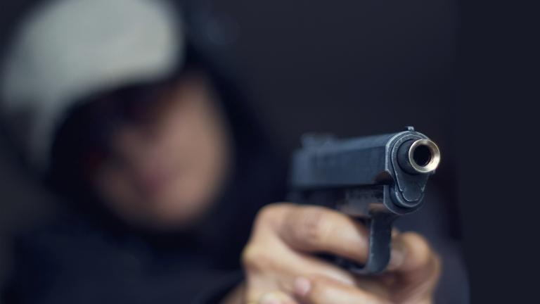 Мъж стрела в двора си, задържаха го