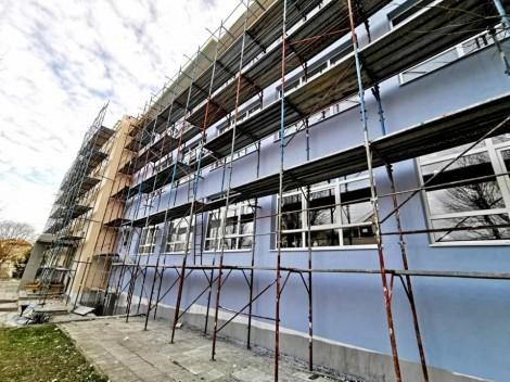 "Укрепиха опасната сграда на варненското училище ""Васил Левски"""