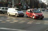 Катастрофа затрудни движението на централно кръстовище