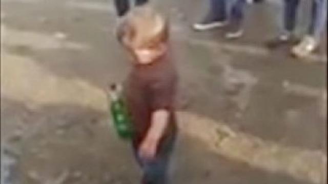 Задържаха бащата на 2-годишното дете, заснето с бутилка бира в ръка (ВИДЕО)