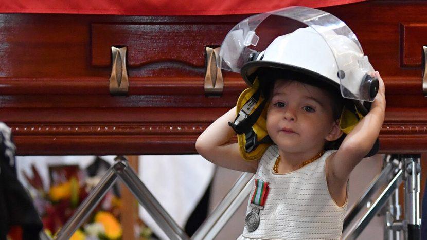 Децата на пожарникарите, загинали в Австралия, разплакаха света (СНИМКИ)