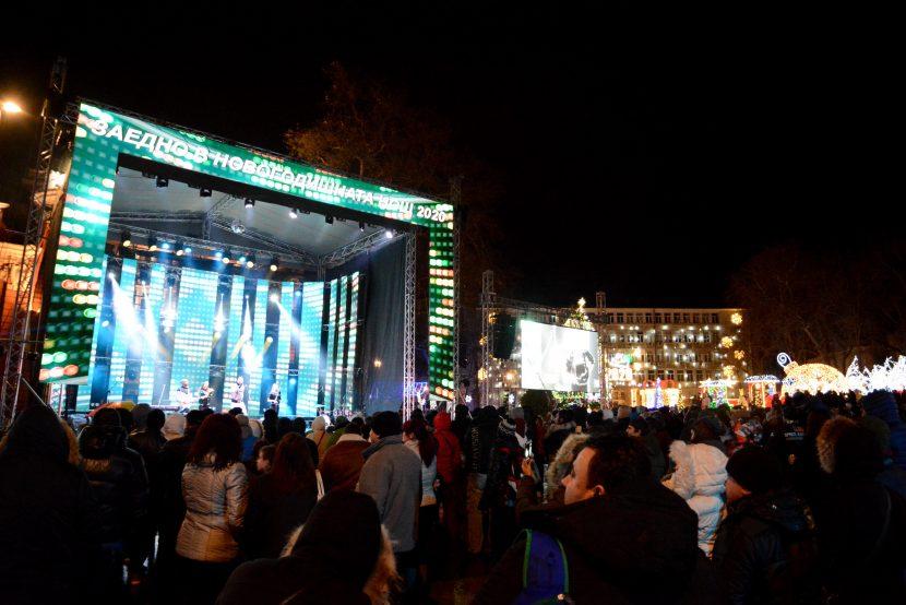 Хиляди варненци посрещнаха заедно новата 2020 година (снимки)