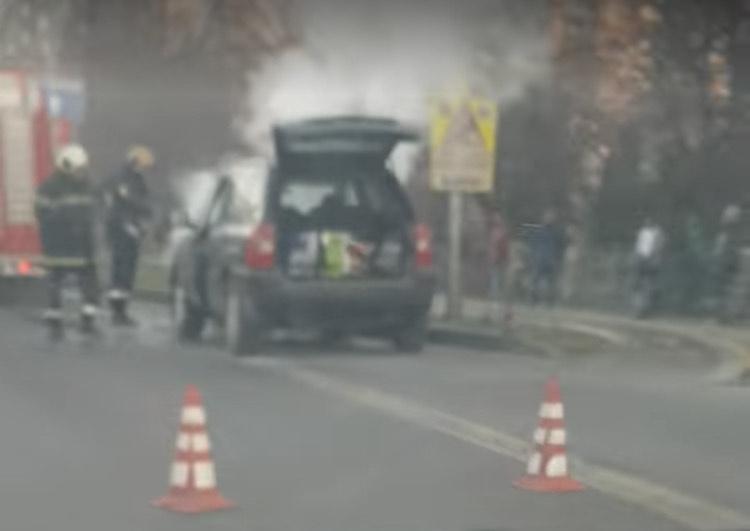 Автомобил пламна на спирка във Варна
